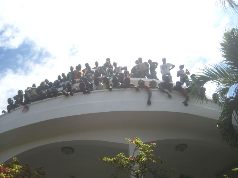 Haitians on the roof of Aristide house