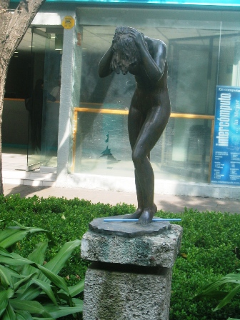 woman washing her hair zona rosa mexico city